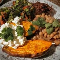 Ahjubataat ubade, värske salati ja pruuni riisiga